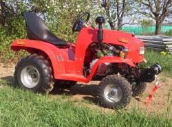 Kleiner Traktor mit Seilwinde